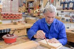 Hogere vakman in workshop stock afbeelding