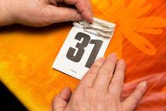 Hogere volwassenenhanden met kalender Stock Foto