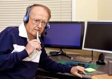 Hogere vrijwilliger die telefoongesprekken 4 beantwoordt royalty-vrije stock fotografie