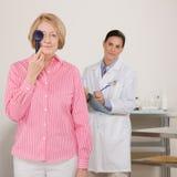 Hogere vrouw bij oogexamen Stock Fotografie