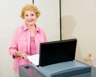 Hogere Vrouw bij Opiniepeilingen royalty-vrije stock afbeeldingen