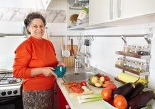 Hogere vrouw in de keuken royalty-vrije stock afbeelding
