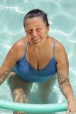 Hogere vrouw in de pool royalty-vrije stock afbeeldingen