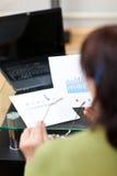 Hogere vrouw die aan financiële rapporten werkt royalty-vrije stock afbeeldingen