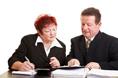 Hogere vrouw die aan financieel luistert Stock Fotografie