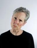 Hogere vrouw die boos, minachtend kijkt Stock Foto's