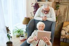 Hogere vrouw die digitale tablet gebruiken royalty-vrije stock afbeelding