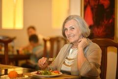 Hogere vrouw die diner hebben royalty-vrije stock foto's