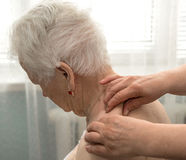 Hogere vrouw die een massage hebben Royalty-vrije Stock Afbeeldingen