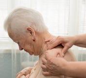 Hogere vrouw die een massage hebben Stock Fotografie