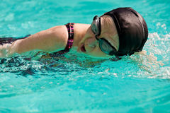 Hogere Vrouw die in een pool zwemt stock afbeelding