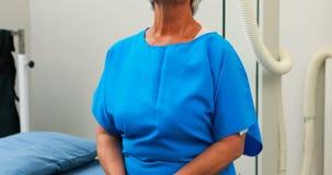 Hogere vrouw die een x-ray test ondergaan stock footage