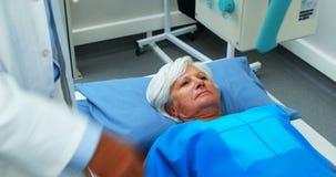 Hogere vrouw die een x-ray test ondergaan stock videobeelden