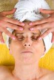 Hogere vrouw die gezichtsmassage ontvangt Royalty-vrije Stock Foto
