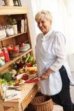 Hogere vrouw die groenten voorbereiden royalty-vrije stock foto's