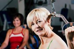 Hogere vrouw die in gymnastiek uitoefent Stock Foto