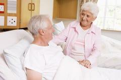 Hogere Vrouw die Haar Echtgenoot in het Ziekenhuis bezoekt stock fotografie