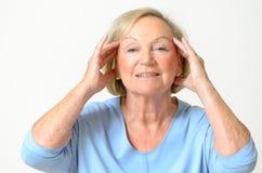 Hogere vrouw die haar gezicht, effect toont van het verouderen stock foto's