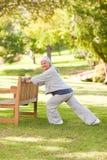 Hogere vrouw die haar rek in het park doet Royalty-vrije Stock Fotografie