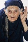 Hogere vrouw die hand opheft stock foto