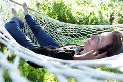 Hogere vrouw die in hangmat rusten Royalty-vrije Stock Foto