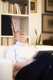 Hogere vrouw die het apparaat van het aanrakingsstootkussen met behulp van Stock Foto's