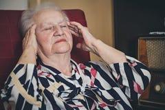 Hogere Vrouw die Hoofdpijn hebben royalty-vrije stock fotografie