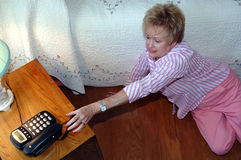 Hogere vrouw die hulp nodig heeft Stock Afbeeldingen