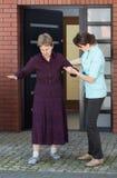 Hogere vrouw die met haar verpleegster lopen Stock Fotografie