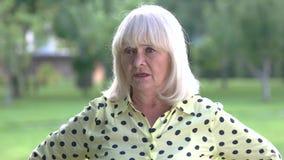 Hogere vrouw die met vinger dreigen stock footage