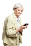 Hogere vrouw die mobiele telefoon met behulp van Stock Foto