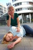 Hogere vrouw die noodoproep maakt Stock Foto