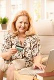 Hogere vrouw die online winkelt Stock Foto