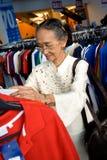 Hogere vrouw die op verkoop winkelt Stock Afbeeldingen