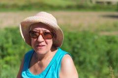 Hogere vrouw die in openlucht glimlachen royalty-vrije stock fotografie