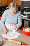 Hogere vrouw die pastei maken Stock Fotografie
