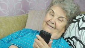 Hogere vrouw die smartphone gebruikt stock footage