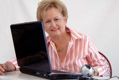 Hogere vrouw die webcam gebruikt Stock Foto's
