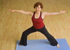 Hogere vrouw die yoga uitoefent royalty-vrije stock afbeelding
