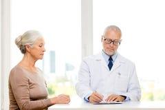 Hogere vrouw en artsenvergadering Stock Afbeeldingen