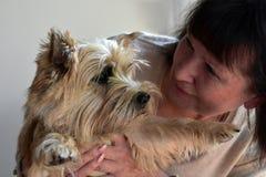 Hogere vrouw en haar hond stock foto