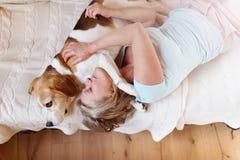 Hogere vrouw en hond Royalty-vrije Stock Foto