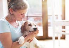 Hogere vrouw en hond Stock Afbeeldingen