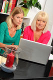 Hogere vrouw en verzorger met laptop stock foto's