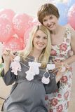 Hogere Vrouw en Zwangere Dochter bij een Babydouche Royalty-vrije Stock Foto's