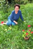 Hogere Vrouw in Haar Tuin Royalty-vrije Stock Foto's