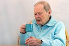 Hogere vrouw het drinken koffie Stock Afbeelding