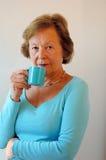 Hogere vrouw het drinken koffie Royalty-vrije Stock Afbeeldingen