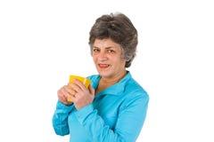 Hogere vrouw het drinken koffie of thee Stock Foto's