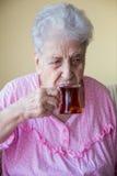 Hogere vrouw het drinken thee Royalty-vrije Stock Foto's